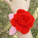 Flores de fieltro para pulseras infantiles.