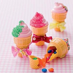 Receta fáciles para hacer con niños:  Conos decorado con nubes de colores