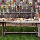 Manualidades para decorar cumpleaños infantiles. Decoración con botellas y flores colgantes