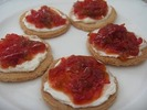 Tostas de queso fresco y pimientos dulces