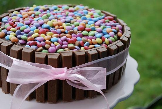 Ideas para decorar una tarta de cumpleaños con M&Ms y Kit Kat