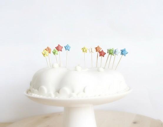 Tarta de cumpleaños con merengue.  Fuente:  www.etsy.com