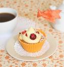 Cupcake de chocolate blanco relleno de mermelada de frutas del bosque