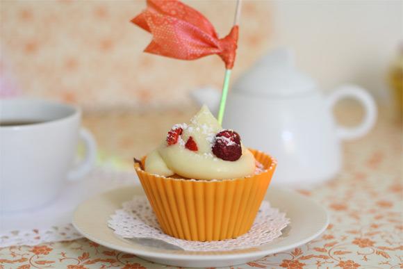 Receta de cupcake de chocolate blanco con relleno de mermelada de frutas de bosque