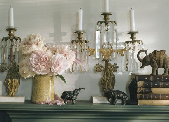 Poner unas flores al lado de los librritos y los candelabros