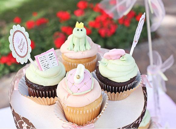 Deliciosos cupcakes, decorados con motivos de cuentos de hadas