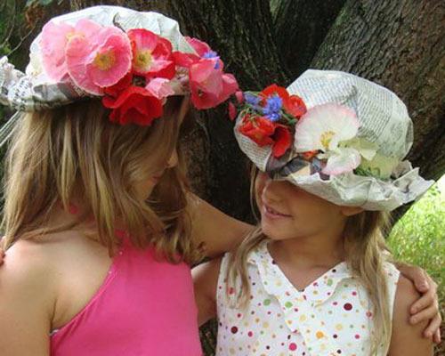 Sombreros de papel de periódico y flores