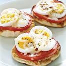 Blini con tomate y huevo gratinado