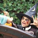 Jugando con libros en Halloween