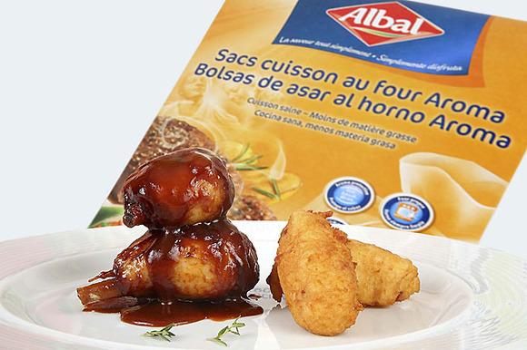 Pollo asado en salsa de barbacoa y buñuelos de patata