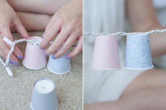 Guirnaldas con luz: Introducimos las bombillas en los vasos de plástico