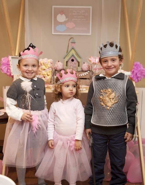 Disfrazamos a todos los invitados de príncipes y princesas.