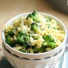 Macarrones con brócoli y guisantes