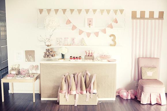 Decoración de una mesa para fiesta de cumpleaños de princesas