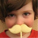Piruletas de chocolate con forma de bigotes para niños