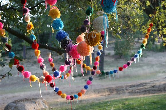 Originales pompones caseros para adornar una fiesta para niños
