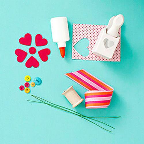 Los materiales que necesitarás para hacer las flores de cartulina.  Fuente imagen: Tara Donne