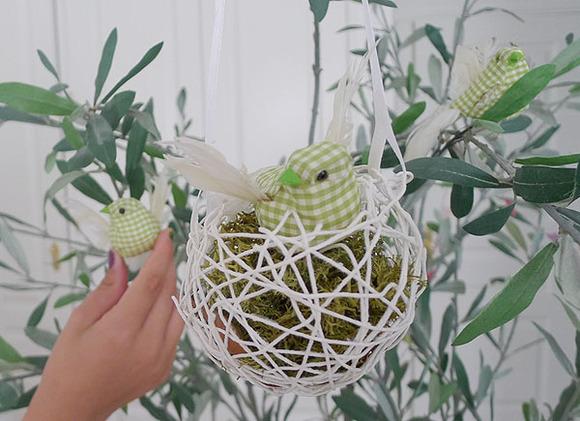 Hacer un nido de pájaro con lanas y globos