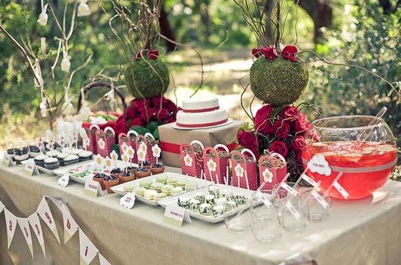 Mesa de merienda para una fiesta de cumpleaños inspirada en Caperucita