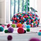 Coloridos objetos de decoración hechos con pompones de lana