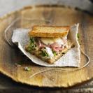 Bocadillo caliente de jamón serrano, queso, puerro y almendras tostadas