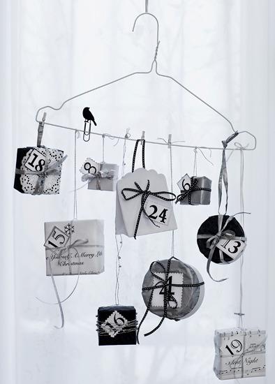 Calendario de adviento casero. Bolsitas de papel y cajitas colgadas de una percha