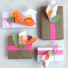 Cómo envolver regalos con flores de papel