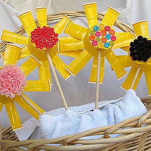 Manualidad para niños. Originales flores con vasos de plástico.