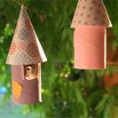 Móvil decorativo con rollos de papel