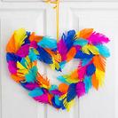 Corona multicolor con plumas de papel
