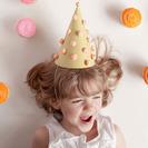 Sombreros en forma de cono con pompones para fiestas