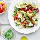 Ensalada de pasta con tomate y aguacate