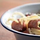 Espaguetis con salchichas y parmesano.