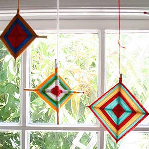Coloridas cometas de lana para decorar la casa. Manualidad para hacer con niños.