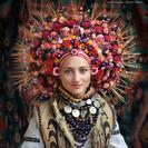 Las mujeres ucranianas vuelven a usar las coronas de flores tradicionales como símbolo de orgullo nacional