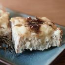Videoreceta rústica: Tosta de ajos asados con queso camembert