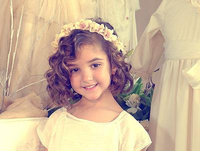 Peinado de arras para niñas con pelo rizado
