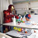 Un oncólogo se disfraza de superhéroe para atender a niños con leucemia
