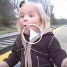 Esta pequeña ve por primera vez un tren
