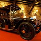 Museo de coches antiguos en una torre medieval en Bilbao
