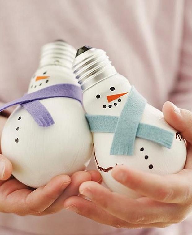 Muñecos de nieve navideños con bombillas