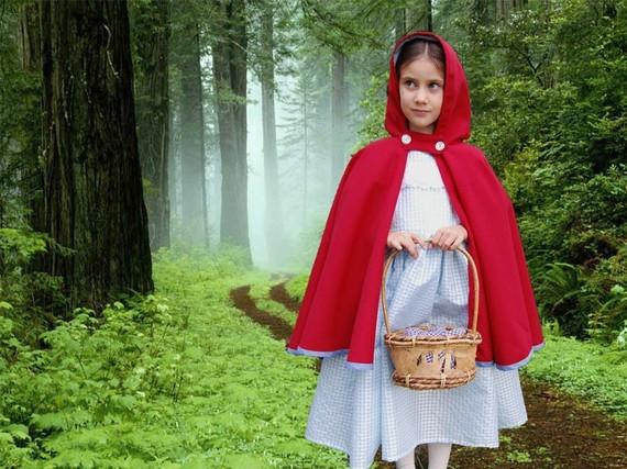 Caperucita Roja se encuentra vestida con un pantaloncito corto rojo de