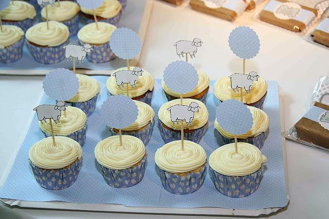 Decoraci n para centros de mesa con cupcakes en un baby for Decoracion en cupcakes